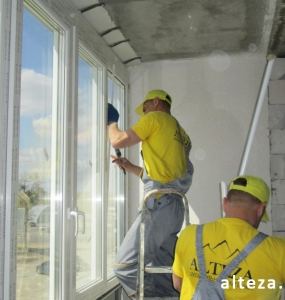 Photo of installation of metal-plastic windows in a multi-storey building by employees of the Alteza construction company-1.