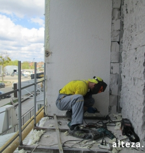 Photo of installation of metal-plastic windows in a multi-storey building by employees of the Alteza construction company-17.