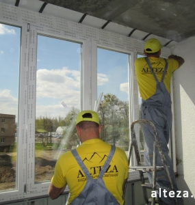 Photo of installation of metal-plastic windows in a multi-storey building by employees of the Alteza construction company-2.