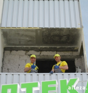 Photo of installation of metal-plastic windows in a multi-storey building by employees of the Alteza construction company-20.