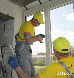 Photo of installation of metal-plastic windows in a multi-storey building by employees of the Alteza construction company-6.