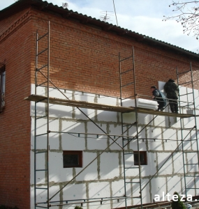 Photo insulation of the facade of the house outside on the street. L.Ukrainka in Poltava by employees of the construction company Alteza-2.